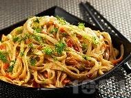 Оризови нудълс спагети с чушки, моркови, бамбук и соев сос на тиган